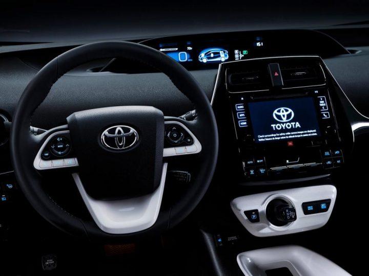Российские продажи Toyota Prius стартуют в марте фото